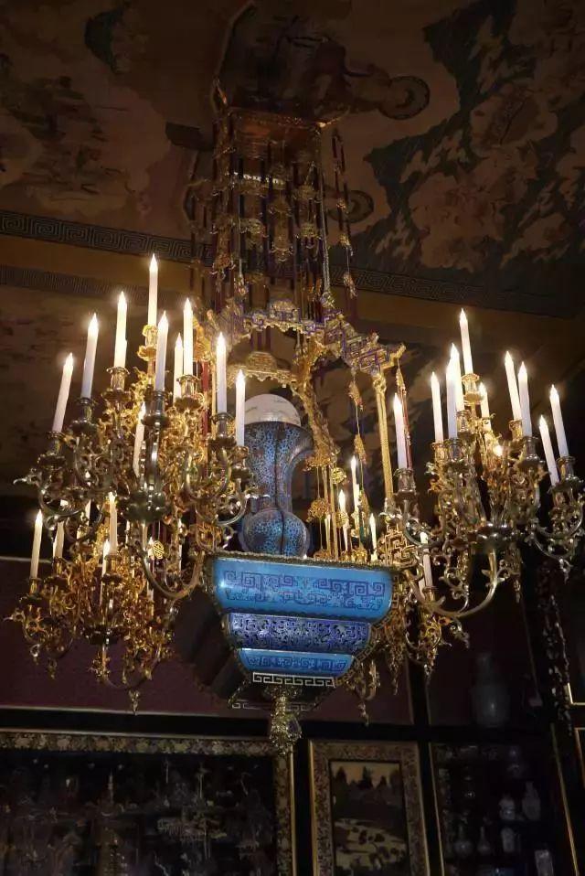 这件珐琅器被改造成了烛台。