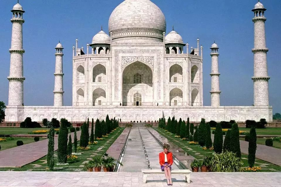 Diana, Princess of Wales in front of the Taj Mahal in India in 1992
