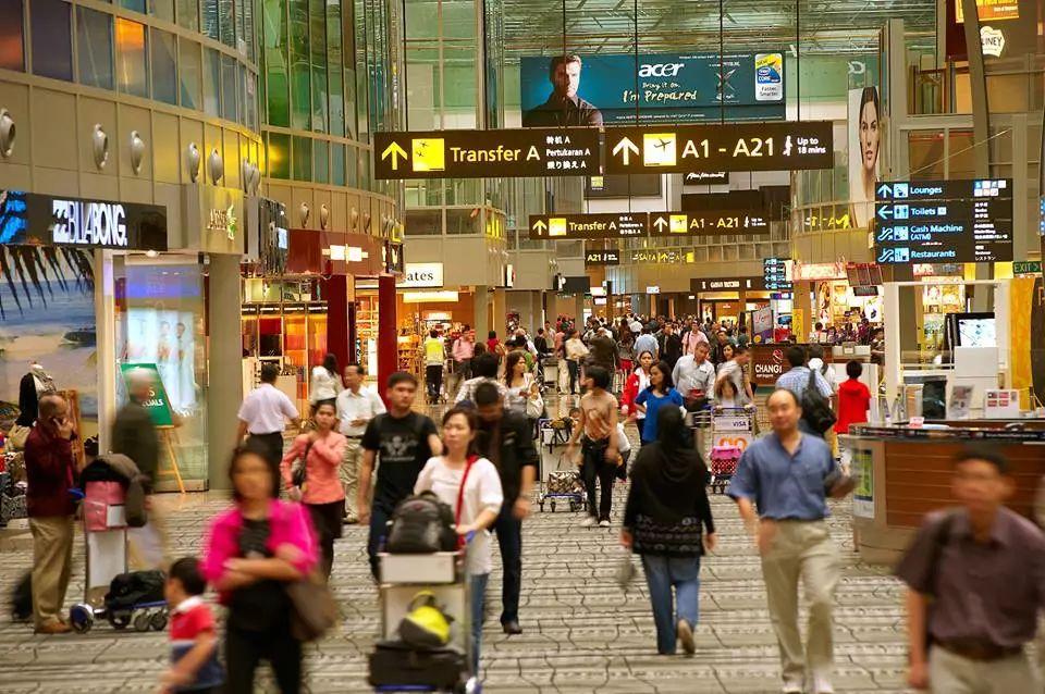 ▲资料图片:中国游客人潮汹涌,带动新加坡樟宜机场游客数猛增。