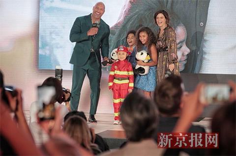 巨石强森新片《摩天营救》北京首映 昆凌剖腹产三天后接演冷艳杀手角色