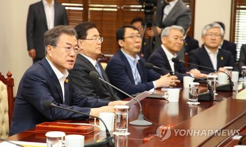 4月16日下午,在青瓦台,韩国总统文在寅(左一)在首席秘书和助理会议上发言。(图片来源:韩联社)