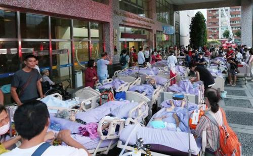 医院疏散病患。(图:台湾《中时电子报》/赵双杰 摄)