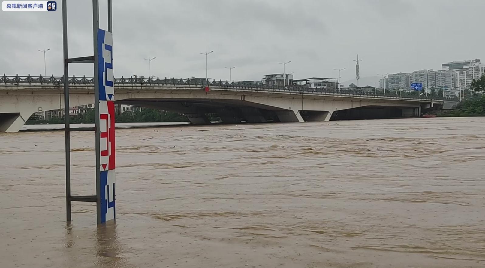从6月8日开始,漓江上游再次普降大到暴雨,局部大暴雨到特大暴雨,受此影响,广西桂林境内多条河流水位迅速上涨,漓江、桃花江、小榕江等河流再次出现超警戒水位。