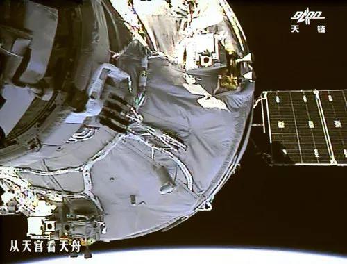 ▲资料图片:2017年4月22日,北京航天飞行控制中心大厅大屏幕显示天舟一号与天宫二号自动交会对接画面。(新华社)