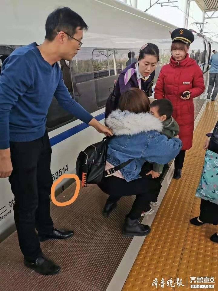 男童掉入列车和站台缝隙 枣庄站台上演三分钟生死营救