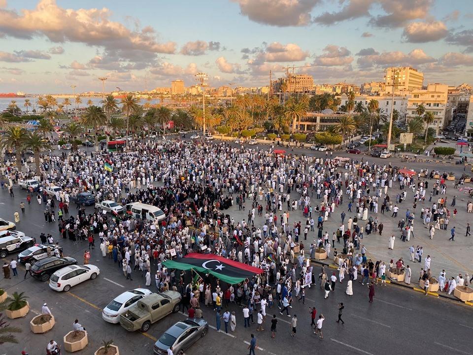 利比亚首都遭空袭2人死亡 民众游行示威谴责哈夫塔尔