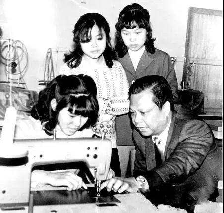 创业期间的曾宪梓仔细教员工建造发带。图/至公报