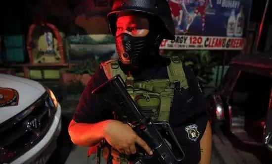 ▲扫毒行动中的菲律宾警察