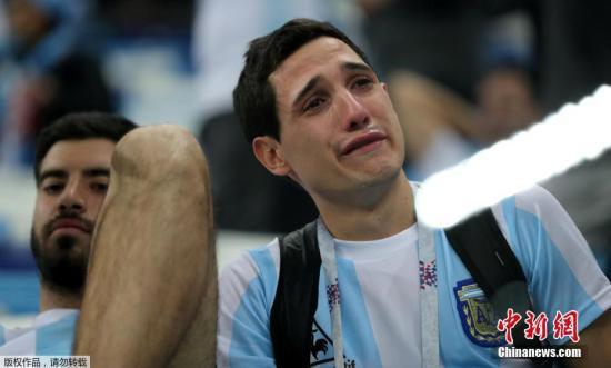 北京时间6月22日凌晨,2018俄罗斯世界杯D组次轮阿根廷队与克罗地亚队的较量在下诺夫哥罗德打响。克罗地亚3-0战胜夺冠热门阿根廷队,小组积6分提前晋级16强,阿根廷队小组出线形势艰难。图为阿根廷球迷难掩悲痛泪洒球场。
