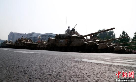 10月1日上午,庆祝中华人民共和国成立70周年大会在北京天安门广场隆重举行。图为受阅的坦克方队。中新社记者 汤彦俊 摄
