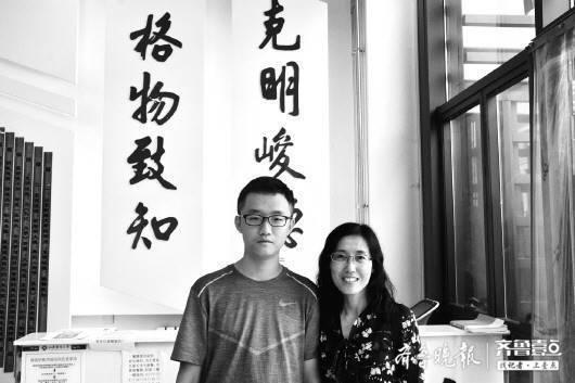 仉一辰与同是山财大校友的妈妈在校训前合影。齐鲁晚报·齐鲁壹点 记者王凯摄