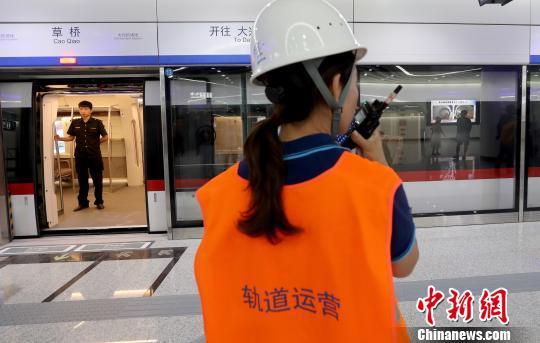 北京轨讲交通年夜兴机场线。 中新社记者 张宇 摄