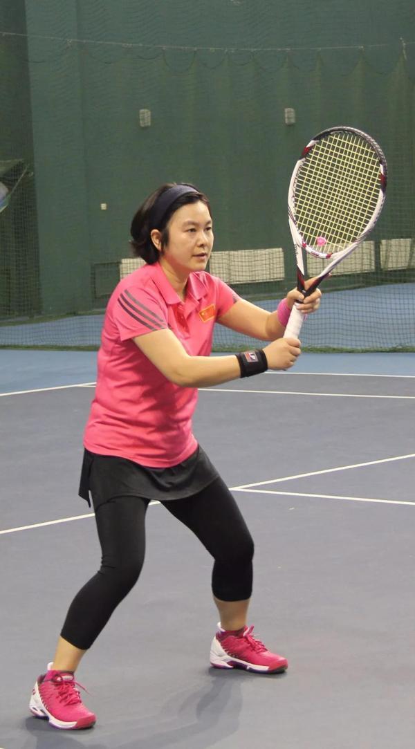 华春莹在打网球。图片来源 中国体育报