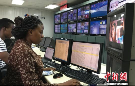 图为坦桑尼亚的播控中心,本地员工正在工作。四达时代供图