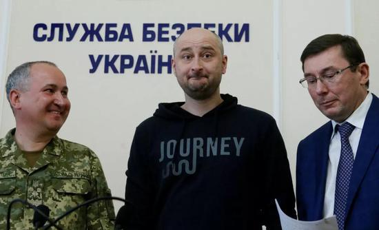 巴布琴科(中)5月30日现身新闻发布会