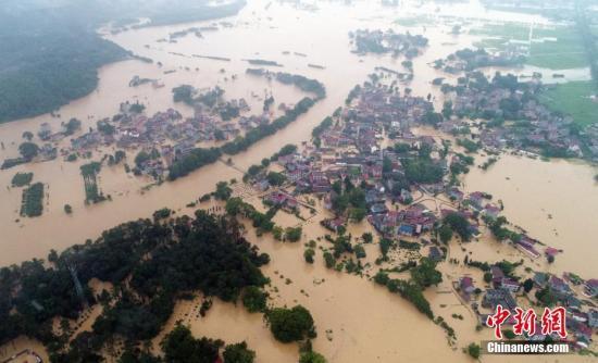 资料图:6月8日,江西吉安市泰和县部分乡镇遭遇洪灾。图为无人机航拍下的江西泰和县受淹的村庄,汪洋一片。 文/图 刘占昆 邓和平