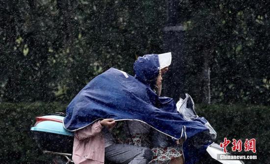 """资料图:台风""""安比""""来袭,江苏中东部地区将迎大到暴雨。 泱波 摄"""