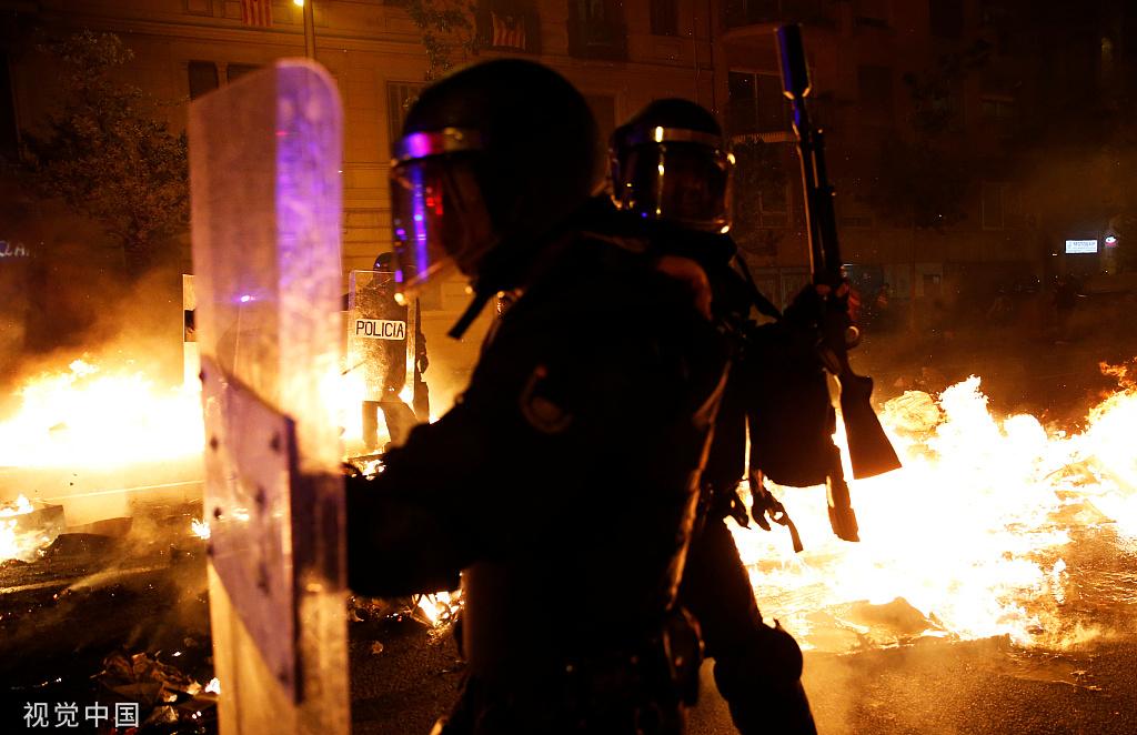 本地工夫2019年10月16日,西班牙巴塞罗那,本地连续发作抗媾和动乱 图自视觉中国