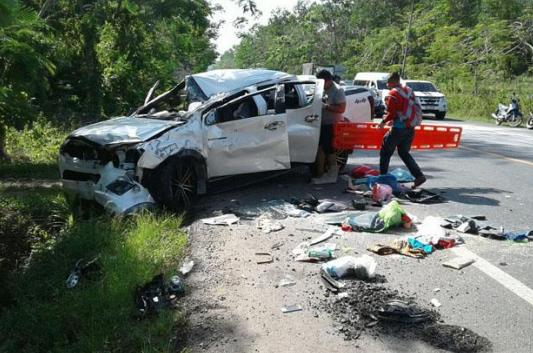 4月12日,泰国董里府(Trang),一辆皮卡与一辆轿车发生碰撞,事故造成16人受伤。(图片来源:《曼谷邮报》)