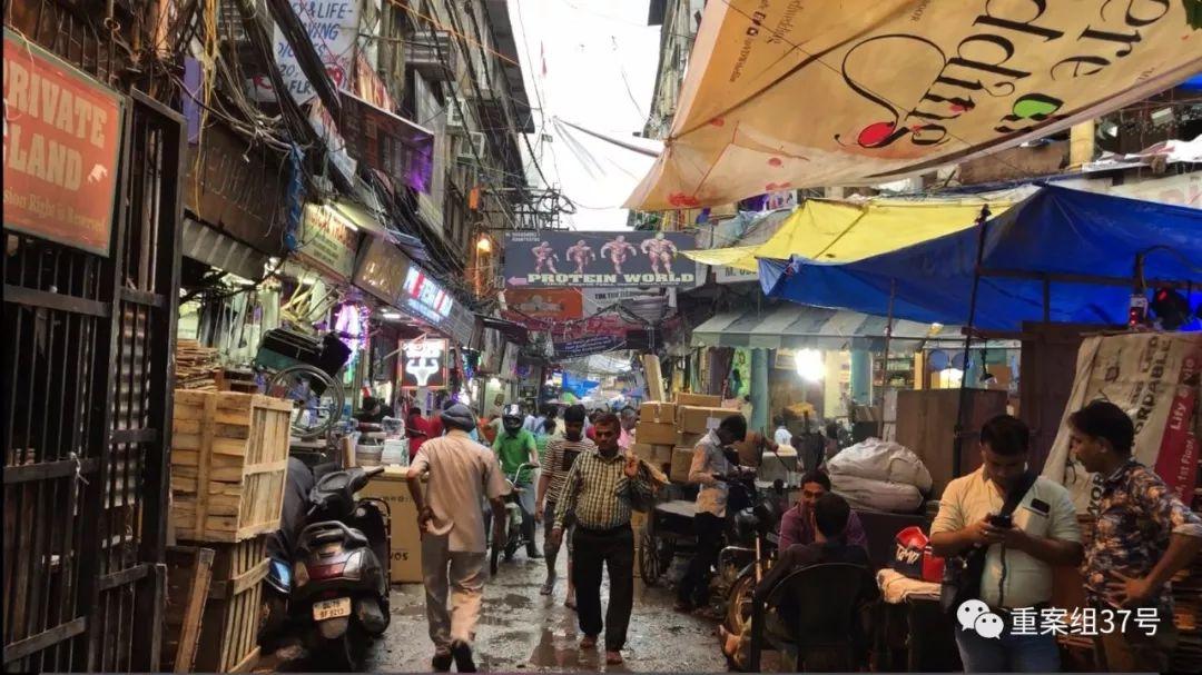 ▲7月16日,繁忙的印度新德里药品批发市场。新京报记者 游天燚 摄