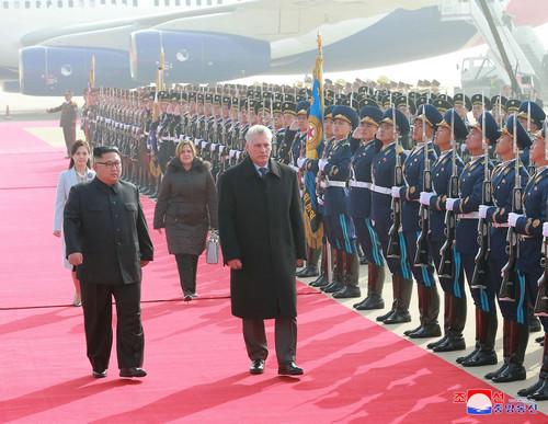 11月4日,朝鮮最高領導人金正恩(左)在機場舉行儀式,歡迎來訪的古巴領導人迪亞斯-卡內爾。(朝中社)