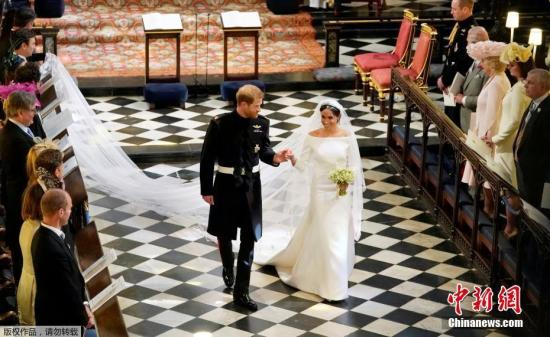 当地时间5月19日,英国哈里王子与美国女星梅根·马克尔在英国温莎城堡举办婚礼。新人在圣乔治教堂内。