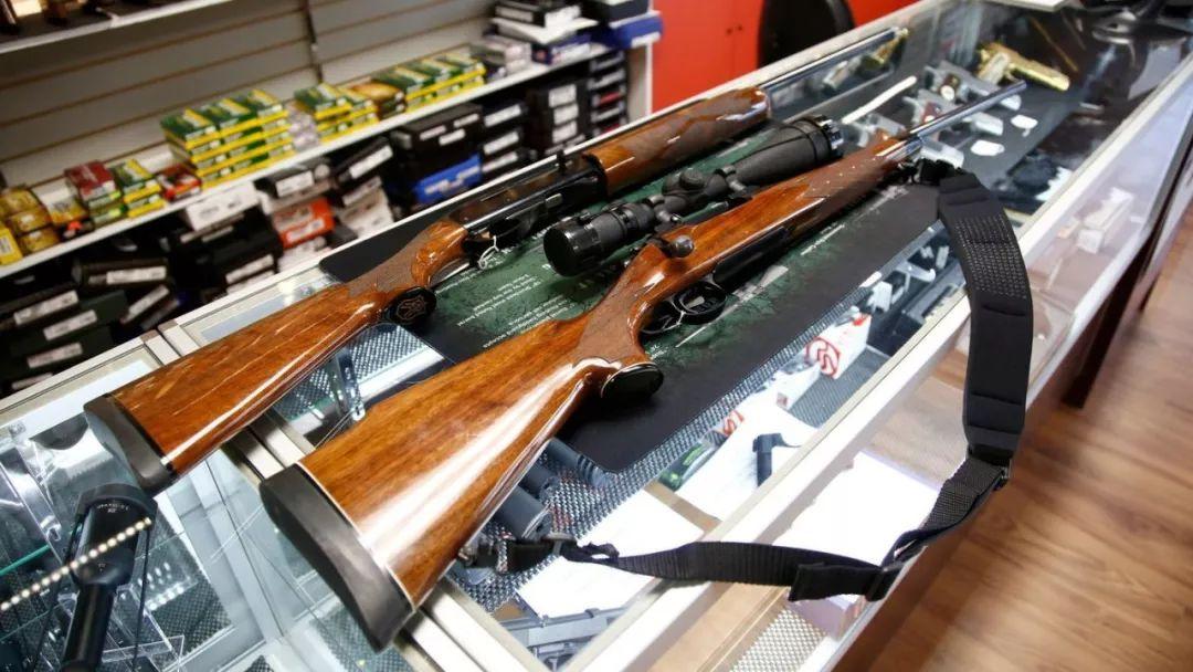 ▲展示柜上陈列着一把雷明顿700步枪和一把雷明顿1100霰弹枪。(盖帝图像)