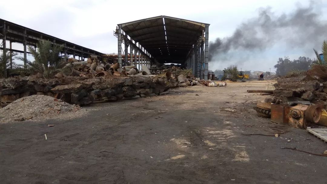工人用手机拍摄的米苏拉塔钢厂内景。
