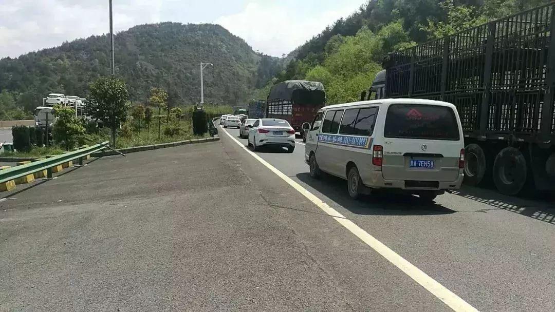 自驾游贵州,河南女大学生一个小举动,黔南高速交警感动到哭!