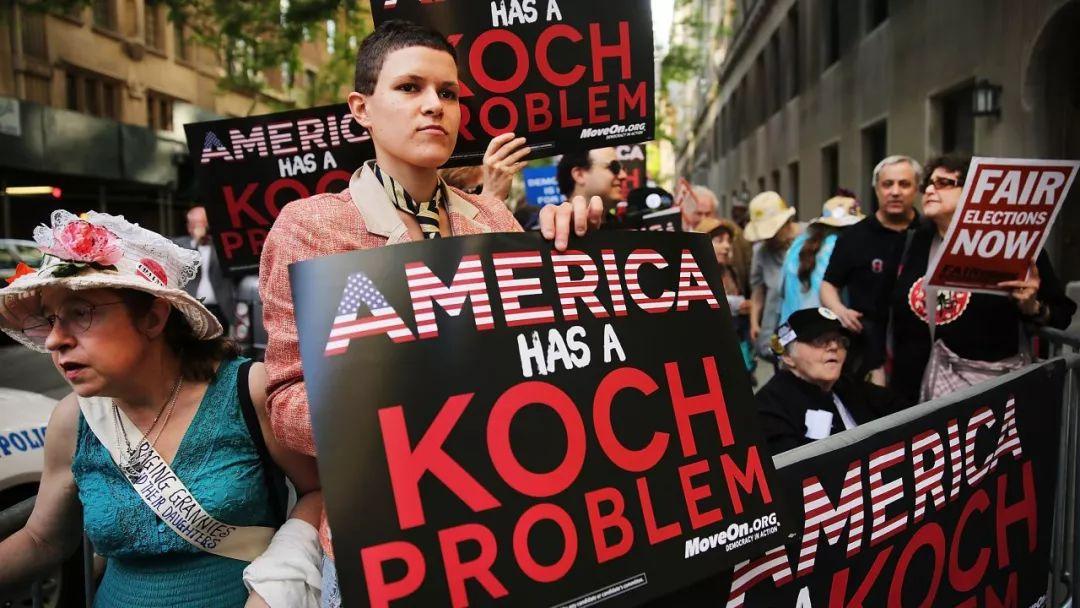 示威者抗议科赫科赫兄弟的竞选捐款。
