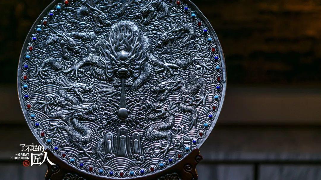 锤子余年在铜板上作画40他用,a锤子的把自己耳信打开小视微频变小图片
