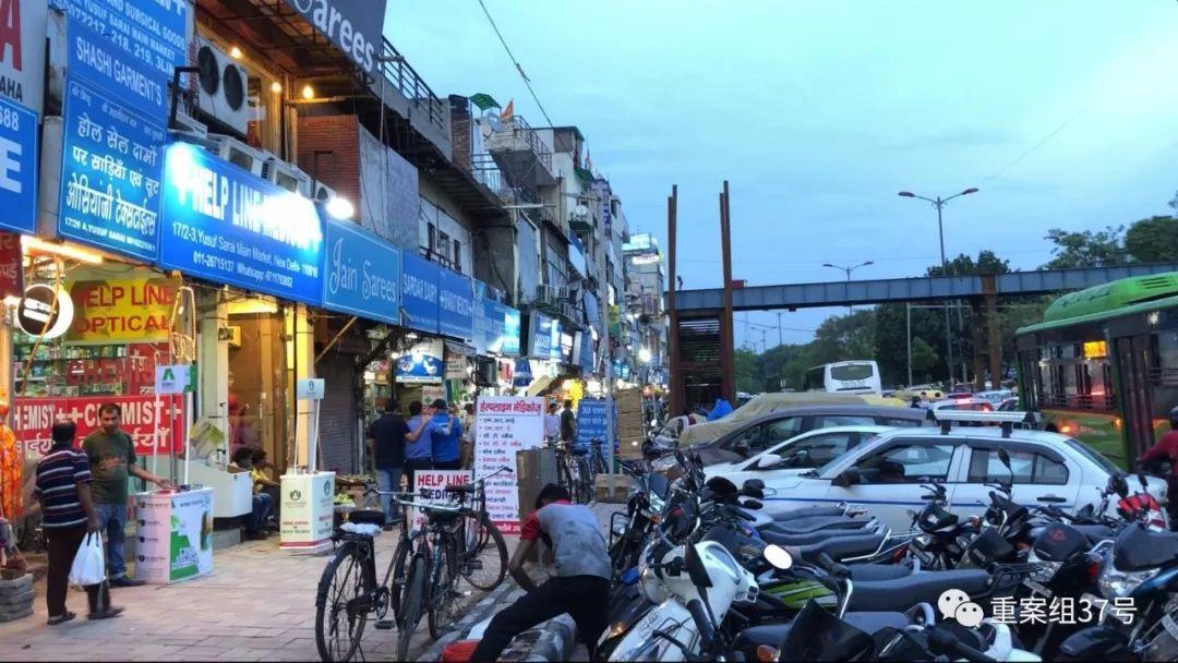 ▲7月18日,印度新德里公立医院ALLMS附近的一条药品零售街道外景。新京报记者 游天燚 摄