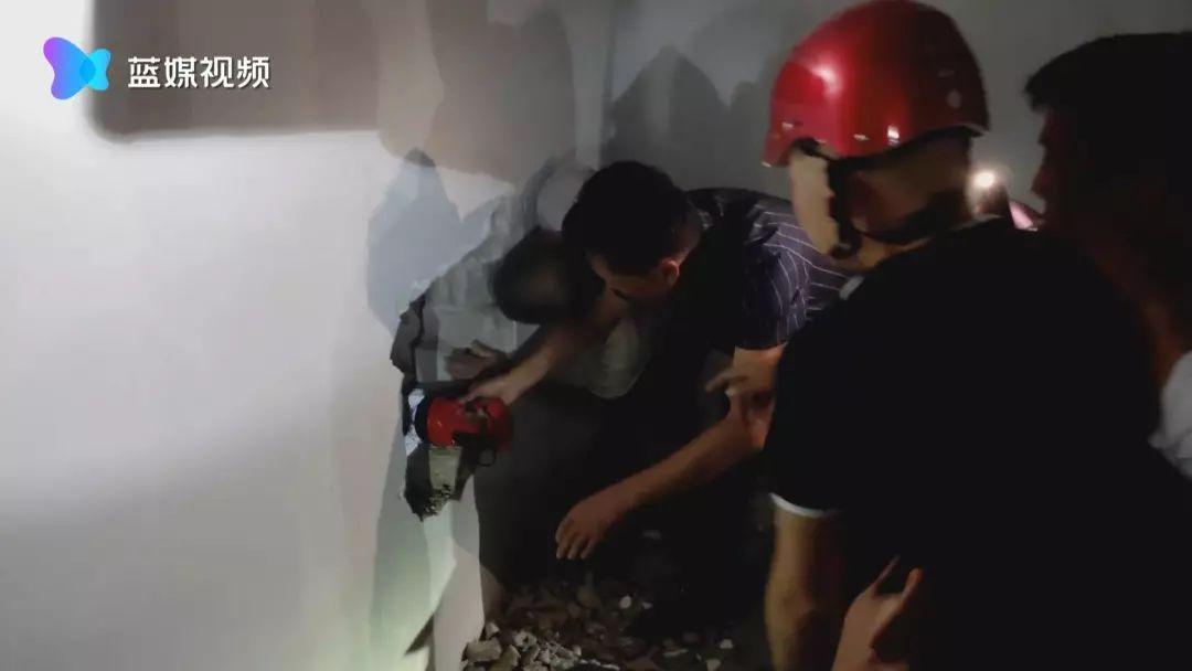 工友不慎跌落10米多电梯井,危急关头,他们抡起铁锤......