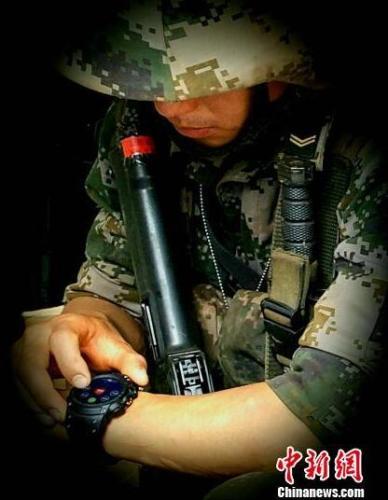 使用單兵戰救訓練智能腕錶。海軍軍醫大學第905醫院提供圖片