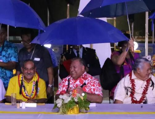 瑙鲁总统瓦卡(中)