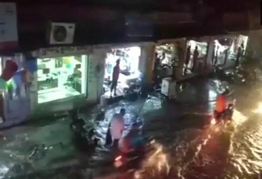 印度遭暴雨狂袭致12死 泰姬陵3米门柱被强风刮倒