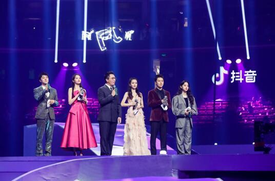 张欣尧抖音美好奇妙夜主持首秀 与杨颖、关晓彤、欧阳娜娜同台获名嘴华少称赞