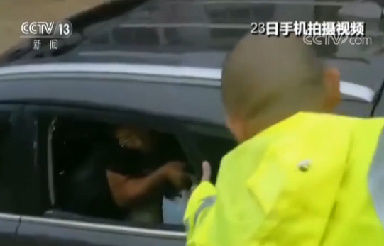 湖南桃江司机被洪水围困 民警砸车窗救人