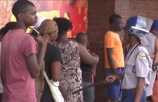 30秒 | 津巴布韦全国封禁首日!市民超市外排长队 警方出动维持秩序