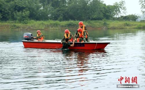 资料图:图为湖北赤壁消防大队举行防汛抗洪应急救援拉动演练。徐聪聪 摄