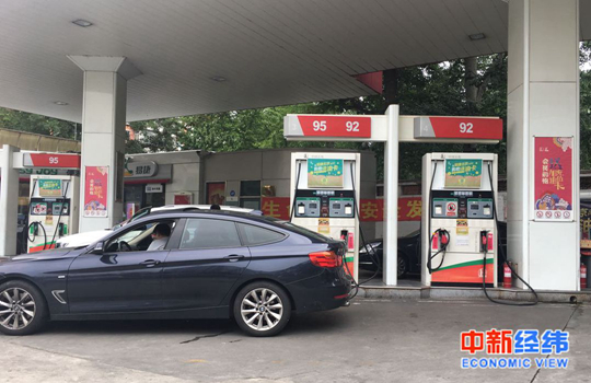 国内成品油价年内第13次上调,加满一箱多花2.5元