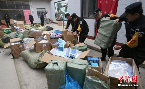 资料图:公安机关缴获的假冒伪劣产品。中新社发 鲍东升 摄 图片来源:CNSPHOTO