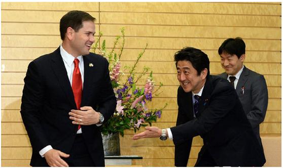 2014年安倍会晤到访的美国参议员卢比奥。