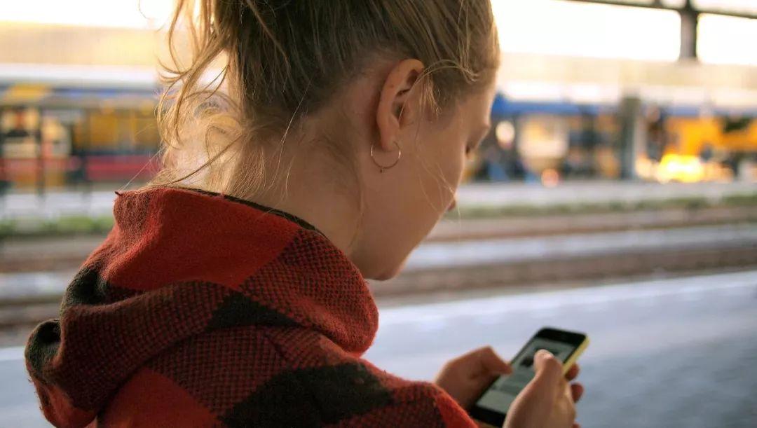 ▲如今手机已成为人们日常生活不可或缺的一部分。(Unsplash)