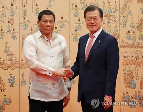 6月4日,韩国总统文在寅(右)在青瓦台与菲律宾总统杜特尔特合影。(图源:韩联社)