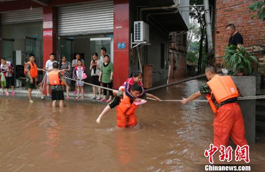 四川眉山暴雨致内涝严重 消防紧急转移150余人