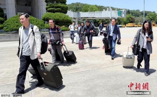 当地时间2018年5月23日,韩国记者团乘专机前往朝鲜采访丰溪里核试验场废弃仪式。