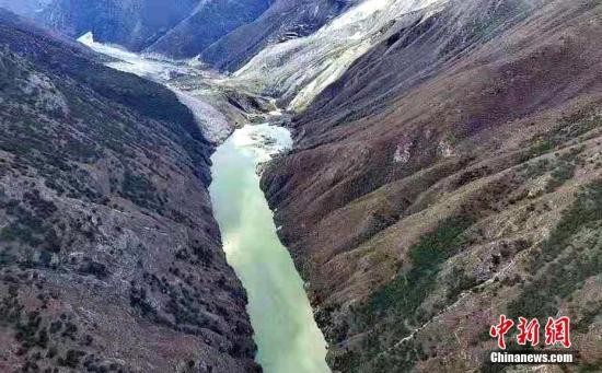 图为11月4日上午,航拍金沙江堰塞体情况。昌都市政府应急办 供图