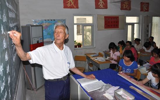 91岁乡村教师为孩子补课:颅脑手术4天就急着出院