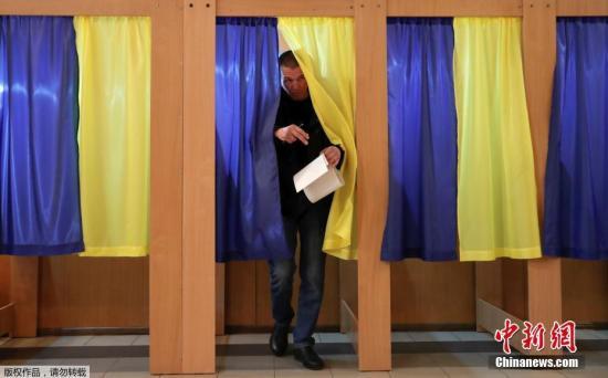 資料圖:當地時間3月31日,烏克蘭總統大選期間,民衆在投票站投票。